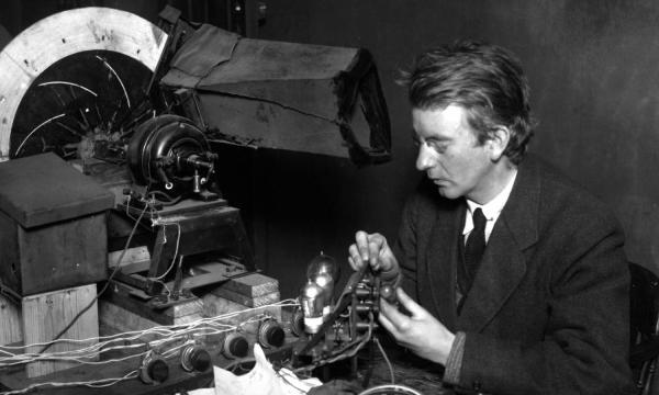Σαν σήμερα…27 Ιανουαρίου 1926, ο Τζον Μπέιρντ παρουσιάζει στο βασιλικό ινστιτούτο του Λονδίνου, την πρώτη μορφή τηλεόρασης.