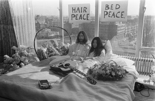 """Σαν σήμερα… 26 Μαρτίου 1969, ο Τζον Λένον και η Γιόκο Όνο, κάνουν το πρώτο """"μπεντ-ιν"""" ζητώντας την ειρήνη στον πόλεμο του Βιετνάμ"""