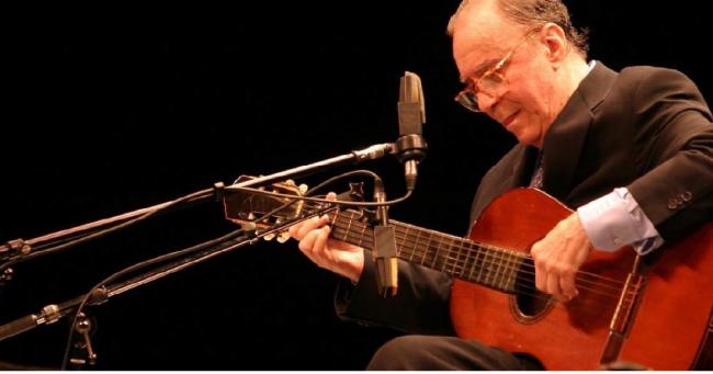 Σαν σήμερα… 10 Ιουνίου 1931, γεννήθηκε ο Ζοάο Ζιλμπέρτο, βραζιλιάνος μουσικός, τραγουδιστής και συνθέτης, από τους θεμελιωτές της μπόσα νόβα.
